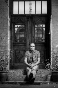 Hermann Nick vor der Haustür Das Rote Haus Seelbach